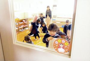 新しい教室に興味津々
